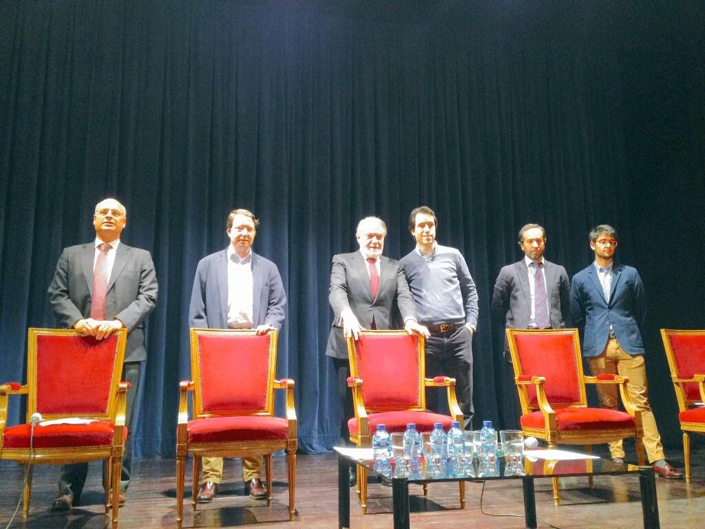 Jaime Mayor Oreja y Javier Echavarría (en el centro) junto con todos los ponentes de la mesa redonda
